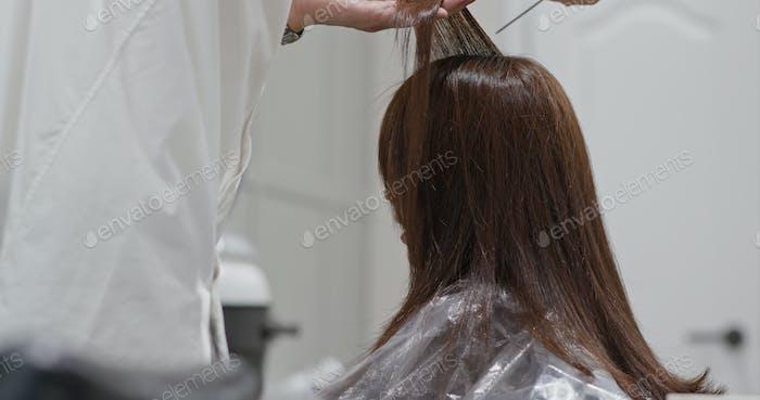 Friseur trocknet Client-Haar im Salon