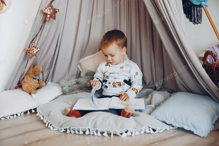 Niedlich kleiner Junge spielen zu Hause