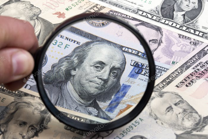 Dólares americanos en una lupa