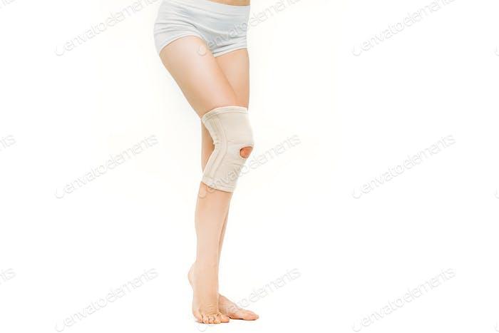 Gelenkschmerzen, Frau mit elastischer Bandage, Knieschmerzen