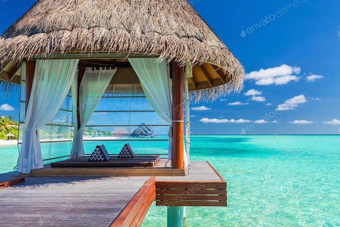 Overwater Spa in der tropischen blauen Lagune der Malediven