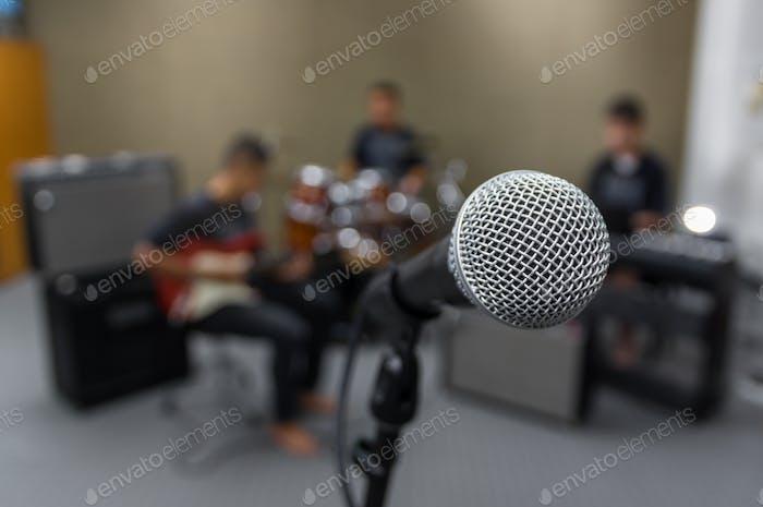 Mikrofon auf verschwommenem Hintergrund des Musikers, musikalisches Konzept