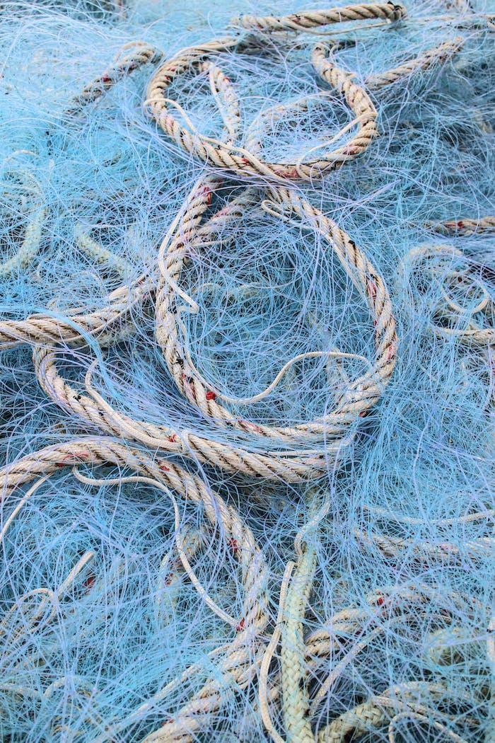 Blaue Fischernetze und Seile