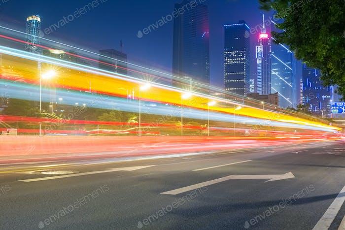 Lichtwege mit modernem Gebäude