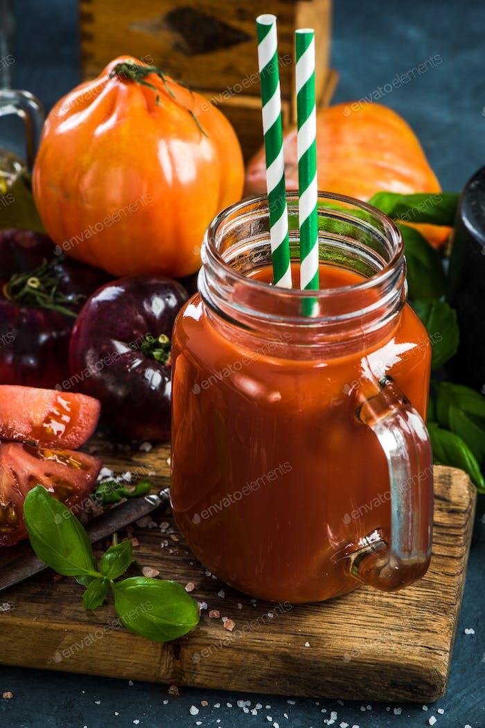 Glas voller gesundes Tomatensaft