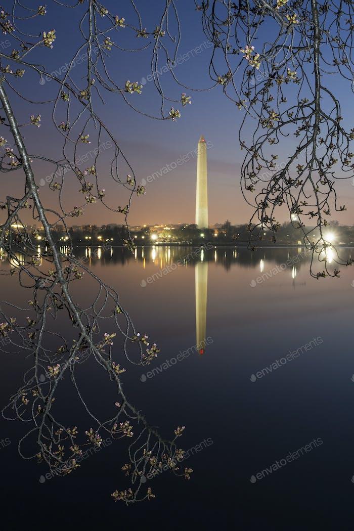 Monumento a Washington al amanecer reflejado en el lago.