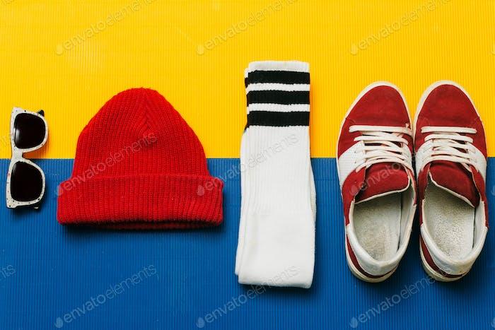 Turnschuhe, Socken, Mütze, Sonnenbrille. Fashion Skateboarder Set