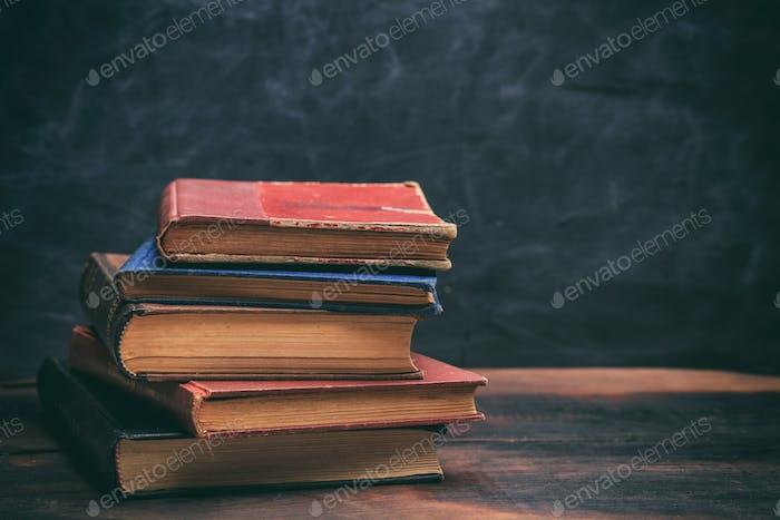 Vintage Bücher stapeln auf Tafelhintergrund