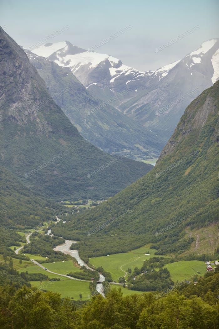 Norwegische Berglandschaft mit Tal Fluss und Schnee. Landschaft