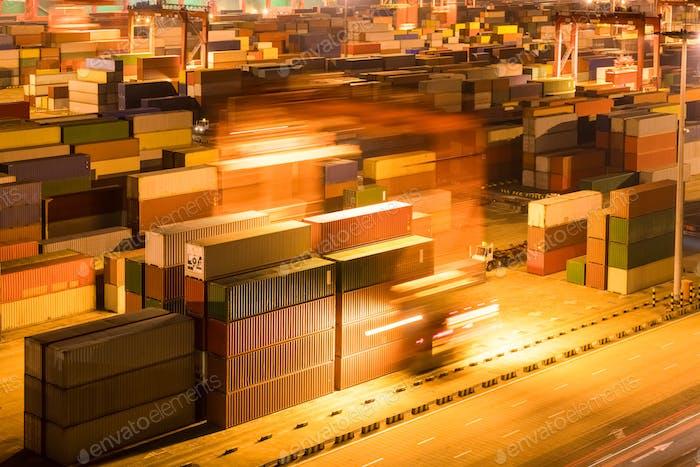 Containerhof in der Nacht