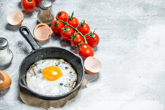 Fried egg with tomatoes.