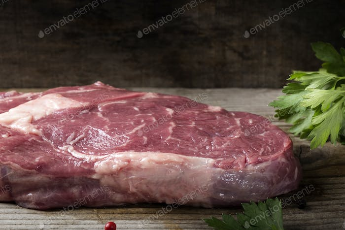 Raw Rib Eye Steak mit Petersilie