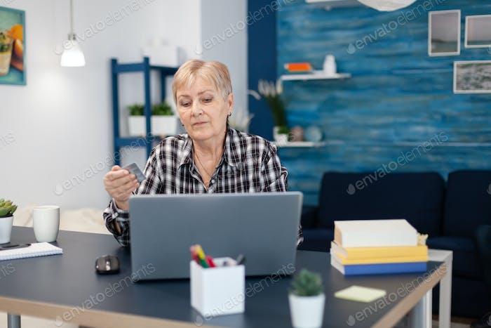 Mujer senior aprendiendo a hacer operaciones bancarias