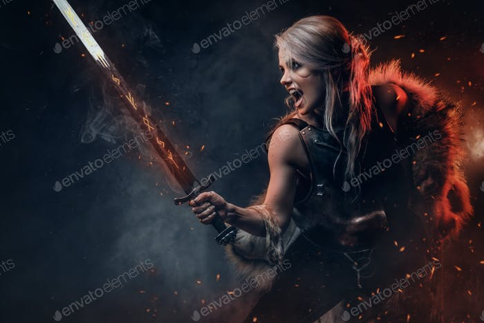 Fantasy Frau Krieger trägt Kürass und Pelz, hält eine Schwert Scheide bereit für einen Kampf