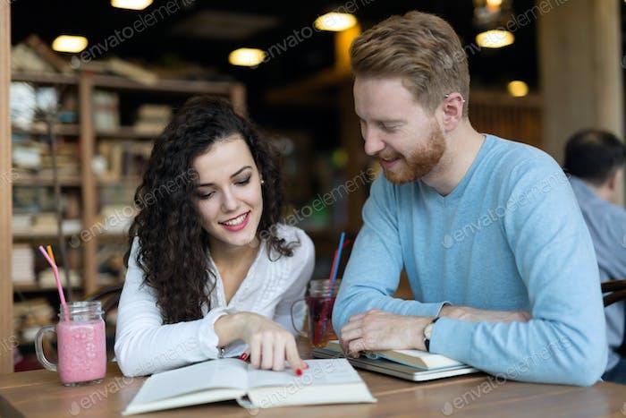 Junge Studenten verbringen Zeit im Café Bücher lesen
