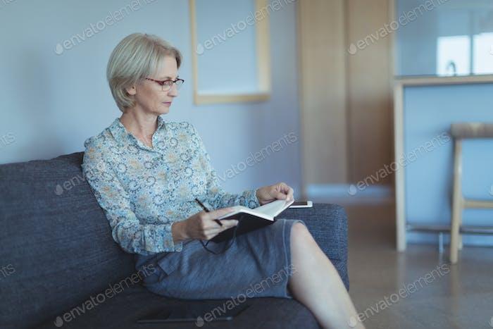 Libro de lectura de mujer de negocios