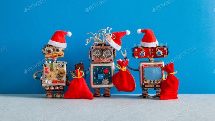 Drei Weihnachten Weihnachtsmann Roboterspielzeug in rotem Urlaub Hut gekleidet.