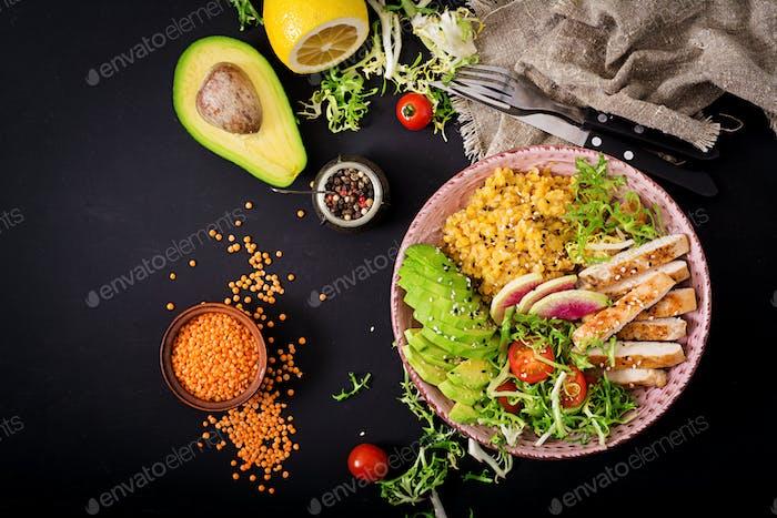 Gesunder Salat mit Huhn, Tomaten, Avocado, Salat, Wassermelone Rettich