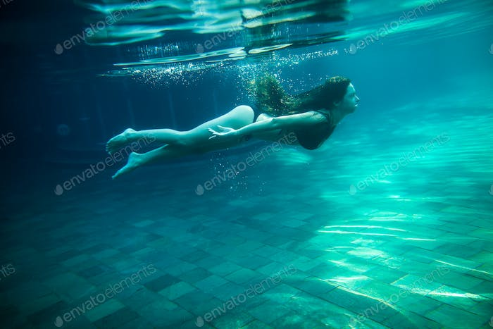 woman swim underwater pool