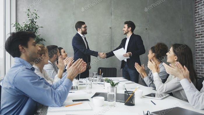 Sorprendente gran trato. Gente de negocios felicitando a sus colegas