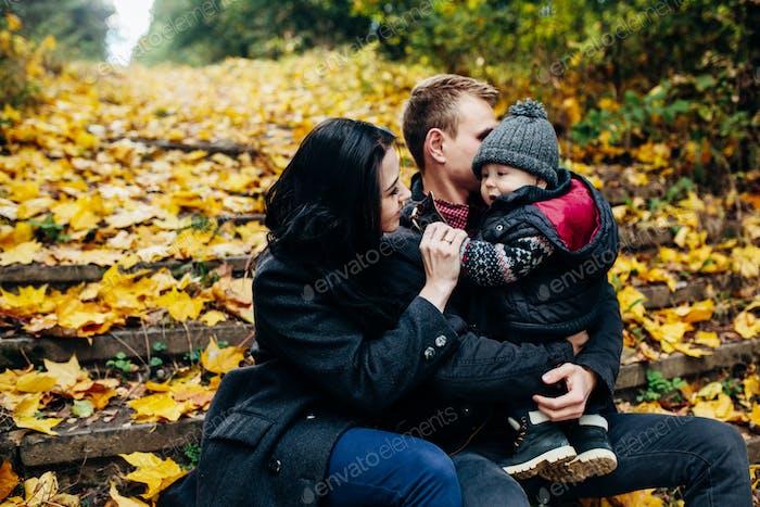 junge Familie und neugeborenen Sohn im Herbst Park