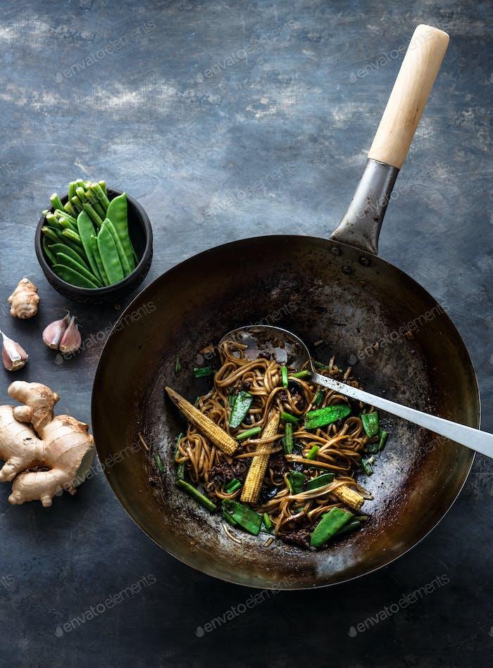 Rindfleisch, Gemüse und Nudeln in einem Wok braten, Kopierraum