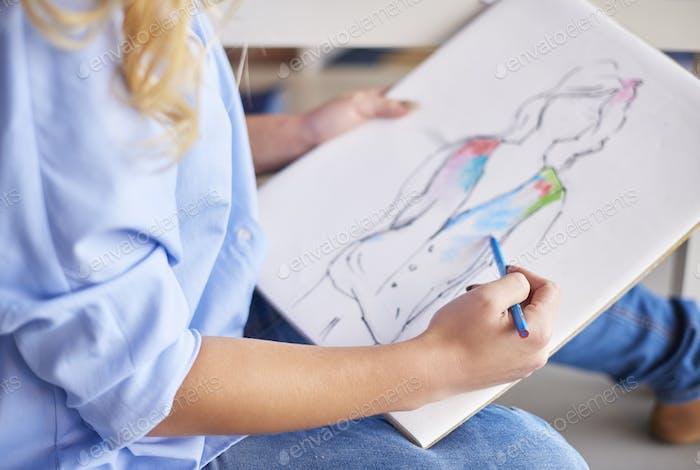 Frau zeichnet mehr Skizzen