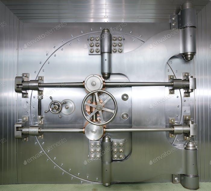 Puerta cerrada a una bóveda de banco