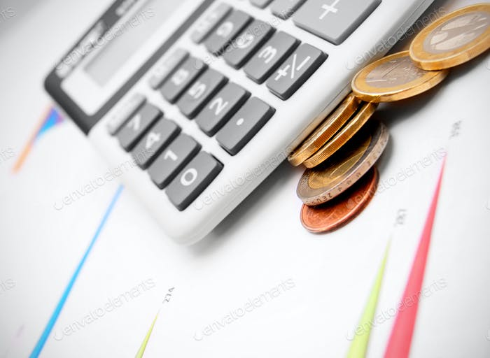 Calculadora y monedas en gráficos.