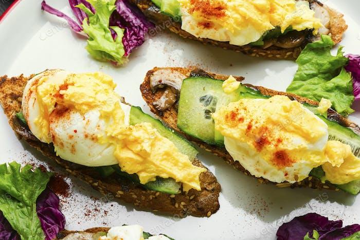 Breakfast with egg benedict