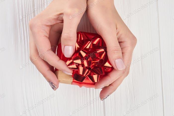 Kleine Geschenkbox in weiblichen Händen