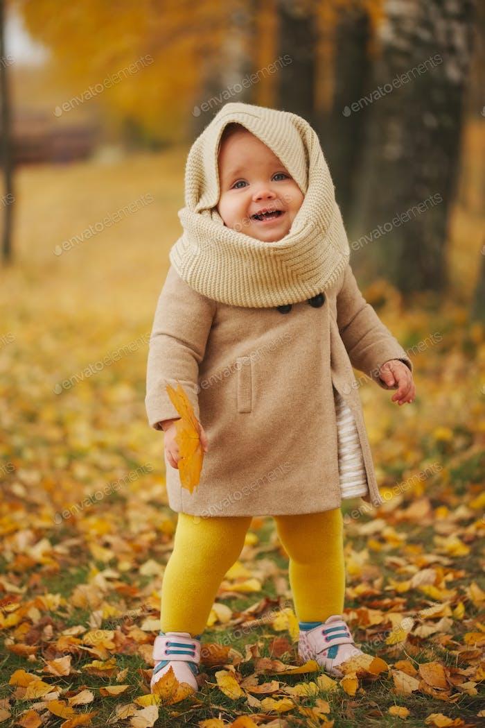 niedlich glücklich Mädchen im Herbst park