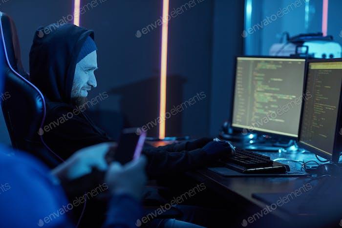 Computer-Hacker stehlen die Informationen