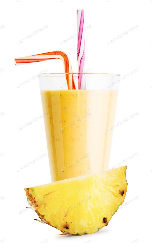 Ein Glas Ananas-Smoothie oder Joghurt mit Ananasscheibe