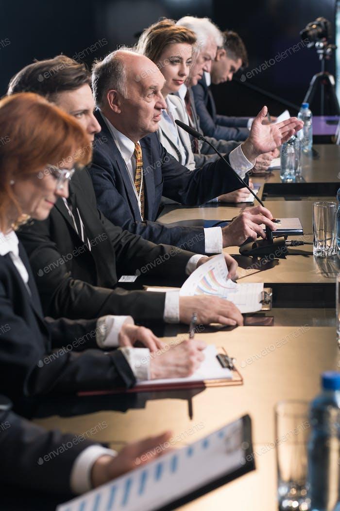 Pressekonferenz mit Politikern