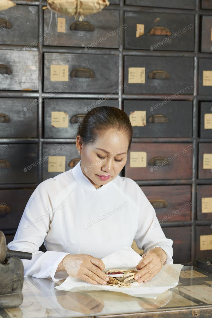 Chinese medicine practitioner packing order