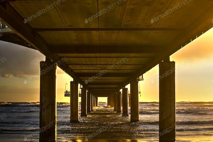 Blick unter dem Pier