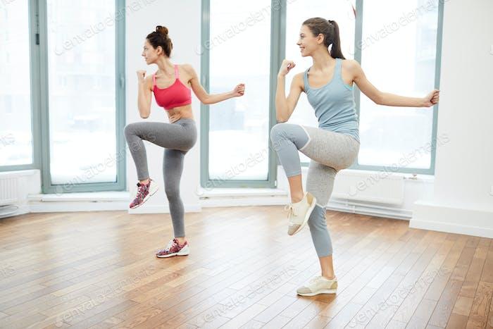Zwei Frauen tun Aerobic