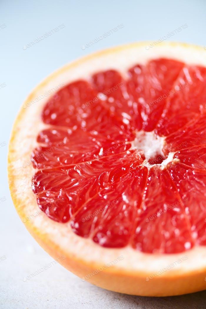 Grapefruit halbgeschnitten auf grauem Hintergrund. Zitrusfrüchte Makro Kopierbereich, Draufsicht