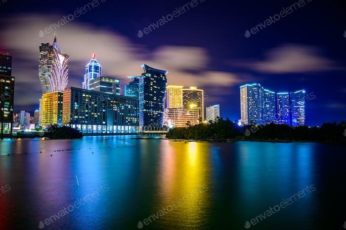 Macau-Stadtbild bei Nacht, alle Hotels und Turm sind bunt aufhellen mit blauem Himmel, Macau, China.