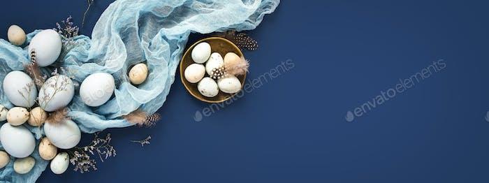 OsterBanner wirh Eier und Serviette auf Blau.