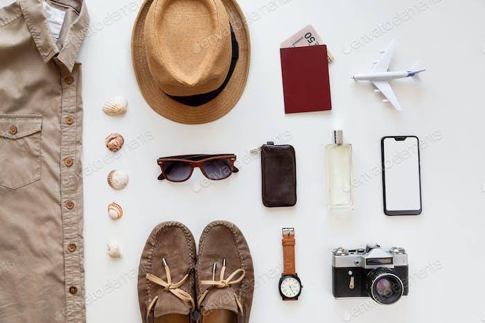 Männliche Sommer flache Laien Reise-Zubehör-Set isoliert auf weiß. Draufsicht knolling