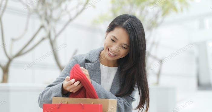 Frau Blick aus Einkaufstasche und Herausnehmen aus dem roten Schal nach dem Einkaufen