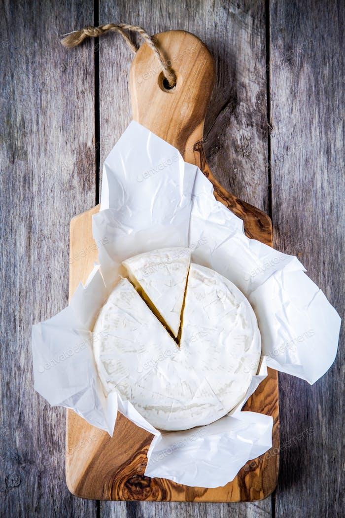Ganze Camembert-Käse und Portion