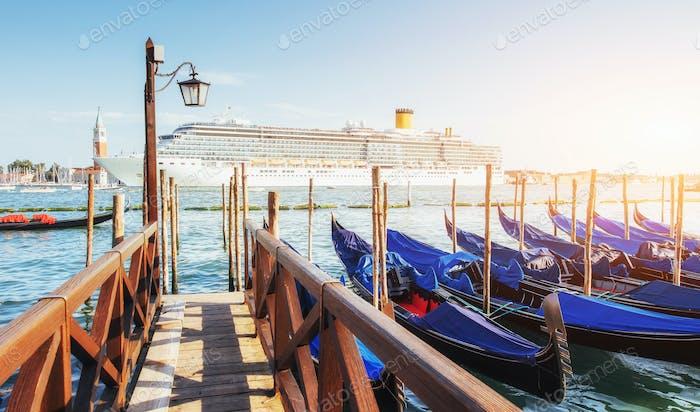 Gondeln in Venedig - Sonnenuntergang mit der Kirche San Giorgio Maggiore. Venedig, Italien