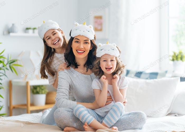 niñas y su madre disfrutando de la mañana soleada