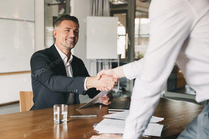 Concepto de Negocios, carrera y colocación - Hombre director satisfecho