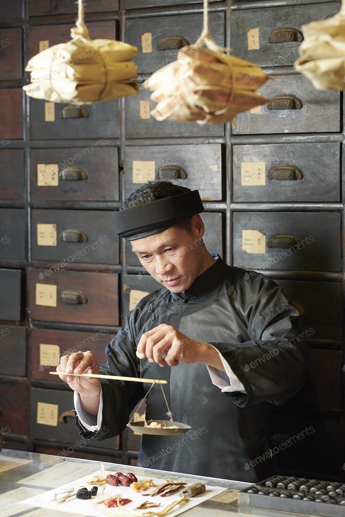 Chinesische Medizin Praktiker bei der Arbeit