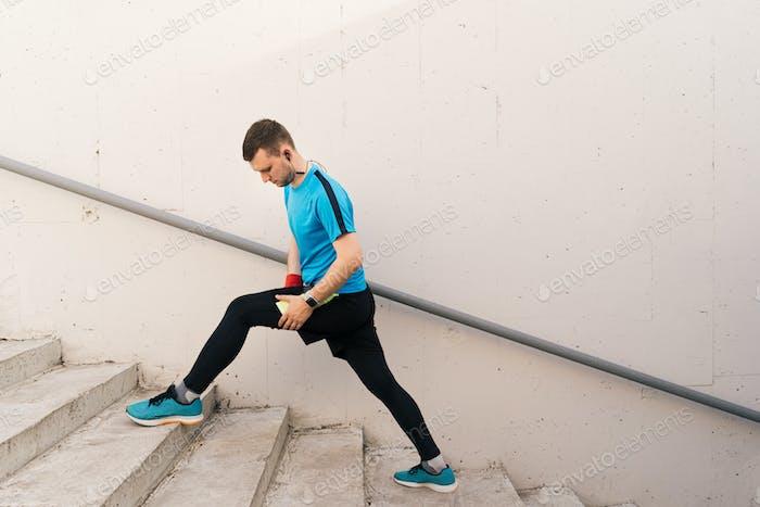 Caucasian Mann Stretching Stadt Workout