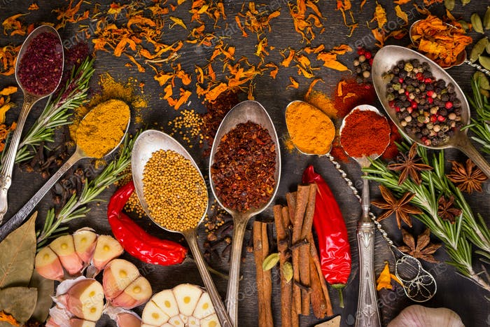 Set aus verschiedenen aromatischen bunten Gewürzen